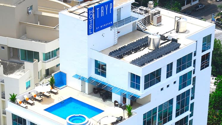 The rooftop terrace with a pool and lounge chairs at the Hotel Tryp by Wyndham Panama Centro