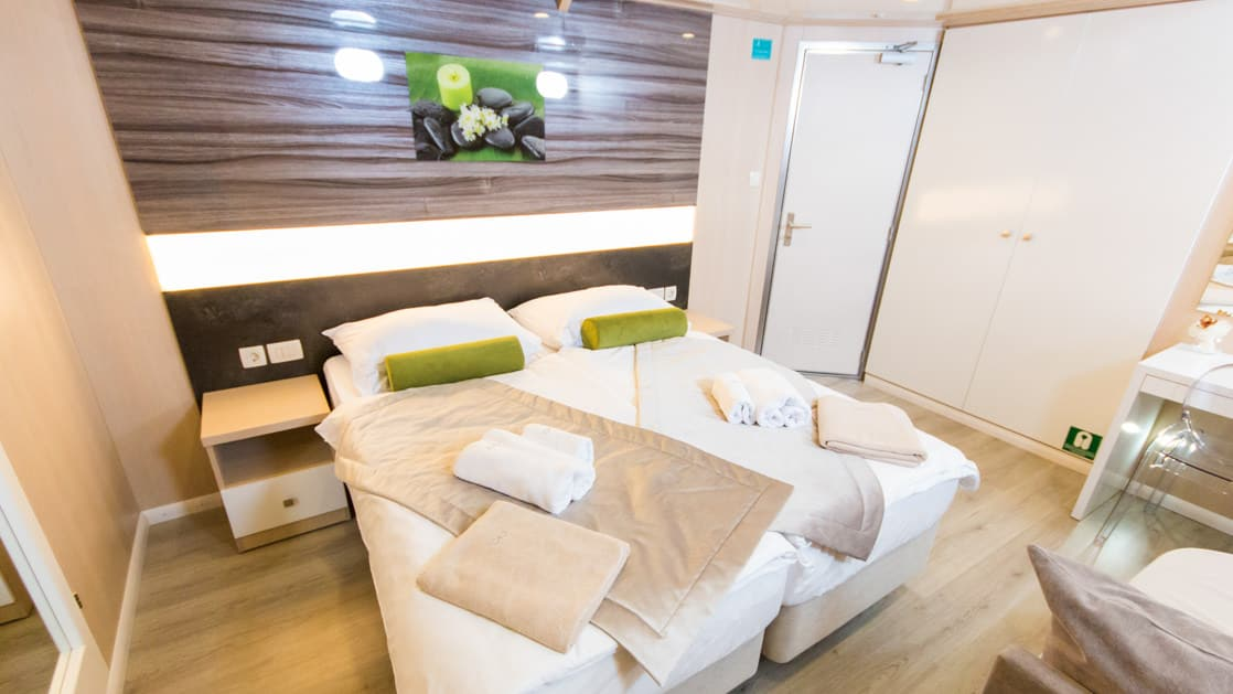 Lower Deck cabin with double accommodation aboard Infinity