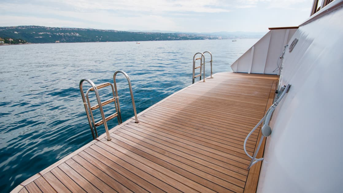 Swim step with ladder on the stern of the Infinity.