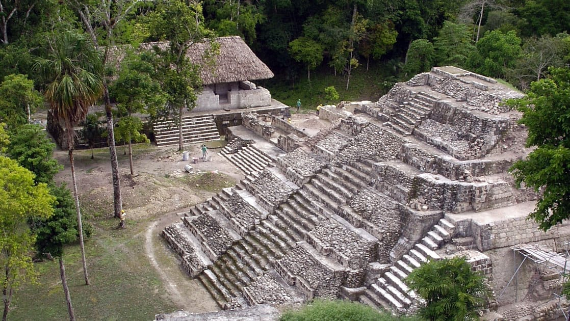 An overview of a pyramid ruin in Yaxha.